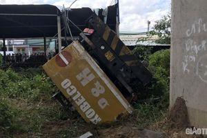 Xe cẩu và ô tô 7 chỗ cùng lao xuống cầu Hàm Luông, 1 người chết