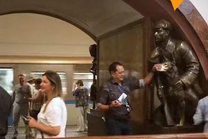 Những bức tượng 'cầu may' trong tàu điện ngầm Moskva có nguy cơ bị hư hại