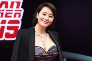 Hoa hậu Honey Lee, 'chị đại' Kim Hye Soo mặc trễ nải trên thảm đỏ