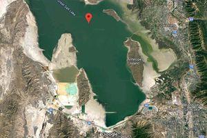 Độc đáo hồ muối 2 màu, được ngăn chia bởi đường ray tàu hỏa ở Mỹ