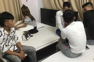 Phát hiện 5 thanh niên nam nữ 'đập đá' trong khách sạn ven biển