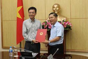 Thứ trưởng Lê Tấn Dũng trao Quyết định nghỉ, hưởng chế độ bảo hiểm xã hội đối với đồng chí Tạ Trung Dũng