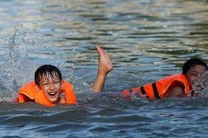 Ngày hè đổ lửa, trẻ nhỏ thôn Trầm giải nhiệt nơi bể bơi nhân tạo