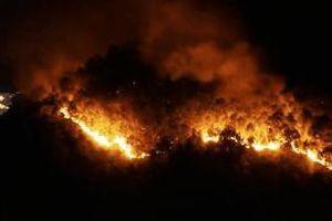 Đám cháy đỏ trời nhìn từ trên cao, hai tỉnh Nghệ An và Hà Tĩnh cùng tham gia dập lửa