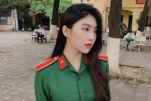 Nữ sinh mặc quân phục gây chú ý trong kỳ thi THPT quốc gia