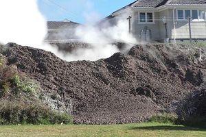 Hố bùn sôi sục xuất hiện trong vườn nhà dân sau một đêm