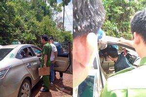 Bị cướp kề dao vào cổ, tài xế taxi đạp cửa chạy thoát thân