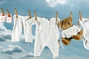 Mẹ ơi, sai hết rồi nếu cứ giặt quần áo cho bé sơ sinh thế này!