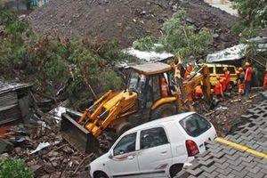 Sập tường tại Ấn Độ vùi lấp hàng chục người dân