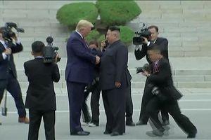 Ông Trump và ông Kim Jong-un bắt tay trên lãnh thổ Triều Tiên