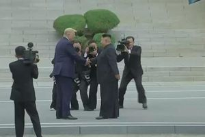 Ông Trump bắt tay Kim Jong-un, nói đây là vinh dự lớn