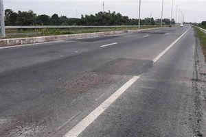 Mới thông xe, đường cầu Vàm Cống lại nứt: Do trời mưa?