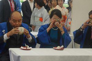 Thủ tướng thưởng trà, ngắm hoa trong lễ hội sen ở Nhật Bản