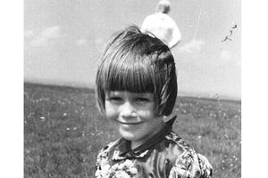 Giải mã bức ảnh 'người ngoài hành tinh' sau lưng bé gái