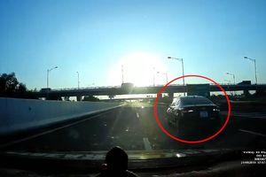 Tài xế đánh lái kịp thời, tránh ô tô đi lùi trên cao tốc Hà Nội - Hải Phòng