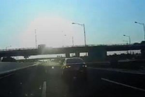 Tài xế đánh lái khẩn cấp để tránh xe đi lùi trên đường cao tốc