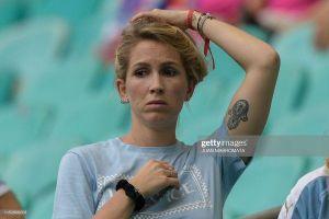Vợ Suarez thất thần nhìn chồng bật khóc, gây sốt trên khán đài vì quá quyến rũ