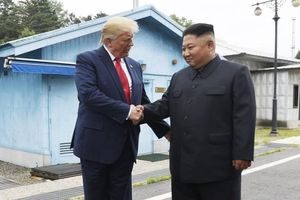 Đặt chân tới nơi 'nguy hiểm nhất thế giới', ông Trump mời ông Kim tới thăm Nhà Trắng
