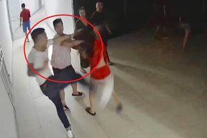 Nhóm người đánh hội đồng cô gái trẻ, truy đuổi 2 thanh niên