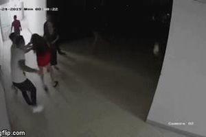 Clip: Nhóm người đàn ông lao vào hành hung, đánh dã man một cô gái tại chung cư
