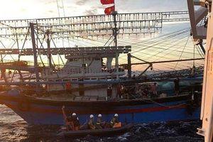 Huy động tìm kiếm 9 người trên tàu cá gặp nạn