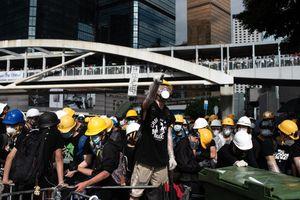 Người biểu tình Hong Kong tìm cách phá cửa tòa nhà Hội đồng Lập pháp