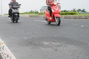 Kiểm tra sự cố đường dẫn cầu Vàm Cống sử dụng 1 tháng đã phải vá