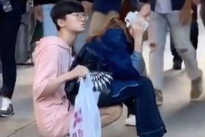 Bắt bạn trai lấy chân làm ghế ngồi để mình ung dung nghe điện thoại, cô gái khiến dân mạng 'tức sôi máu'