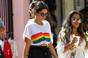 Mặc kệ tình cũ cùng bạn thân 'khẩu chiến', Selena vẫn vui vẻ cười đùa bên bạn bè