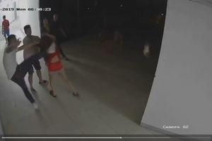 Công an vào cuộc vụ nhóm người đánh 'hội đồng' cô gái tại hành lang chung cư