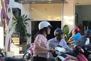 Thấy người đàn ông lớn tuổi hư xe máy giữa đường, người phụ nữ đi xe SH đã có hành động khiến nhiều người cảm động