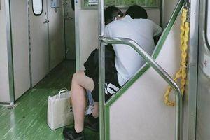 Cặp đôi vô tư đóng cảnh nóng trên tàu điện, ai nhìn cũng đỏ mặt