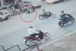 Clip: Vượt đèn đỏ, người đàn ông gây tai nạn kinh hoàng