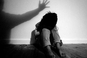 Người mẹ sốc vì con gái 13 tuổi kể chuyện bị nam thanh niên dụ dỗ quan hệ