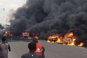 Xe bồn phát nổ, 50 người 'hôi dầu' chết thảm