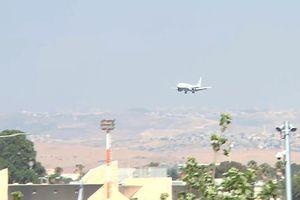 Máy bay chở 152 khách, hạ cánh khẩn dù lốp bị nổ tung