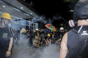 Cảnh sát dẹp người biểu tình chiếm tòa nhà lập pháp Hong Kong