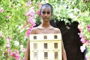 Người mẫu diện váy hình tòa nhà catwalk trong show thời trang