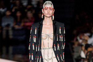 Người mẫu để lộ ngực trần, mặc hở trên sàn diễn thời trang
