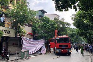 Sập ngôi nhà hai tầng trên phố cổ Hà Nội