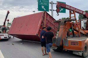 TP HCM: Kinh hãi xe đầu kéo tuột thùng container, đè ôtô con
