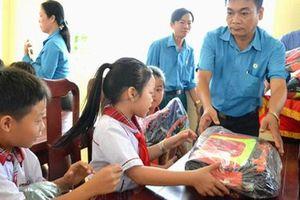 AN GIANG: Tặng cặp phao cứu sinh cho con công nhân vùng lũ