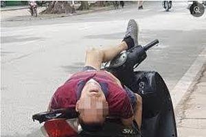 Dân mạng xôn xao với hình ảnh người đàn dựng xe SH bên lề đường rồi ngủ bằng tư thế lạ