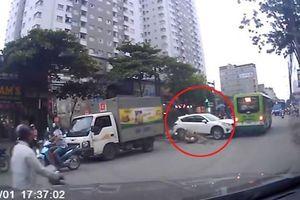 Thót tim cảnh ô tô tông hàng loạt xe máy khi băng qua đường ở Hà Nội