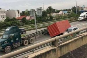 Rùng mình hình ảnh thùng container rơi từ xe đầu kéo đè ô tô con trên cao tốc
