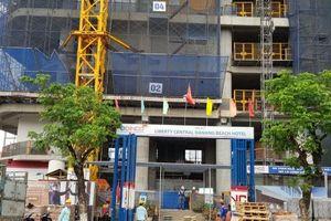 Đà Nẵng: Móc cần cẩu công trình rơi từ tầng 23 khiến khách du lịch 'hoảng hồn'