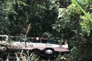 Quảng Ninh: Xe chở 20 du khách lao xuống vực, 2 người chết