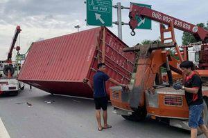 Xe container văng thùng hàng đè 'xế hộp', tài xế thoát chết