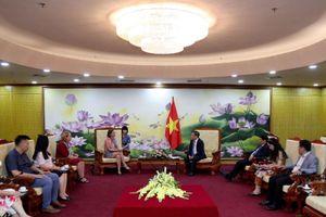 Thứ trưởng Vũ Đại Thắng trao tặng Kỷ niệm chương cho Phó Đại sứ Bỉ và Trưởng Văn phòng Cơ quan hợp tác phát triển Bỉ tại Việt Nam