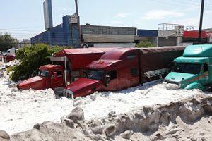 Mưa đá kỳ quái chưa từng thấy tấn công Mexico, cả thành phố chìm trong đất đá trắng xóa như băng tuyết mùa Đông